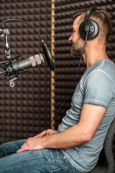 Mittlerer schuss mann am radio