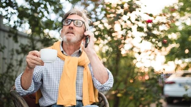 Mittlerer schuss mann, der am telefon spricht