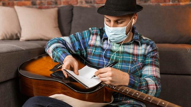 Mittlerer schuss mann, der medizinische maske trägt