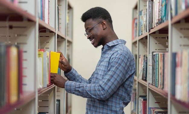 Mittlerer schuss mann in der bibliothek