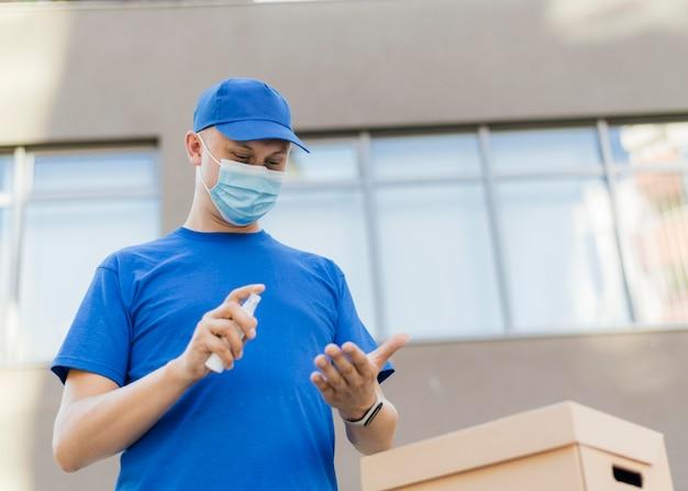 Mittlerer schuss mann mit desinfektionsmittel