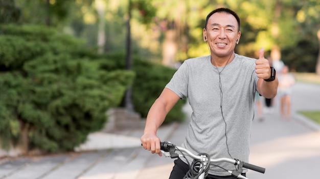 Mittlerer schuss mann mit fahrrad