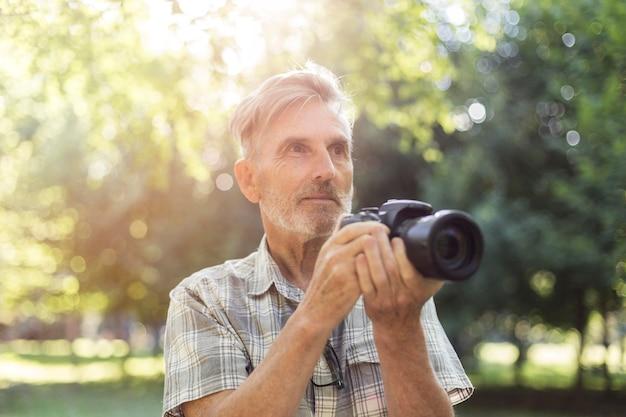 Mittlerer schuss mann mit fotokamera
