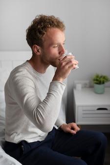 Mittlerer schuss mann trinkwasser