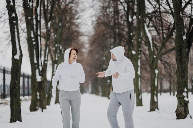 Mittlerer schuss mann und frau beim joggen
