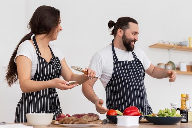 Mittlerer schuss mann und frau kochen