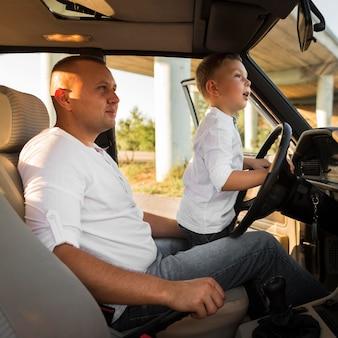Mittlerer schuss mann und kind im auto