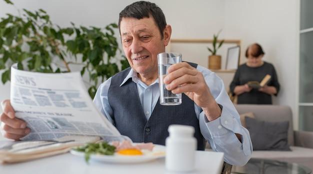 Mittlerer schuss mann während des frühstücks