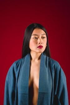 Mittlerer schuss mit boudoirmodell in der robe
