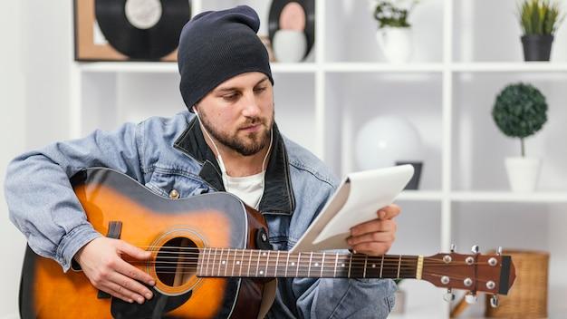 Mittlerer schuss musiker hält notizbuch