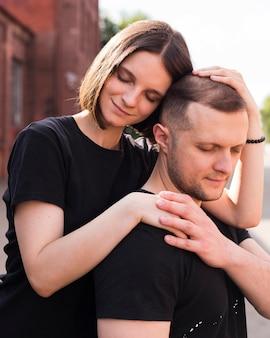 Mittlerer schuss niedliche romantische partner