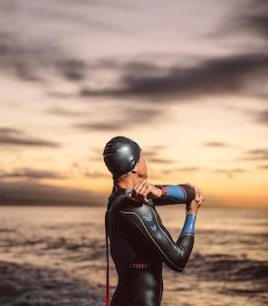 Mittlerer schuss schwimmer stretching arm