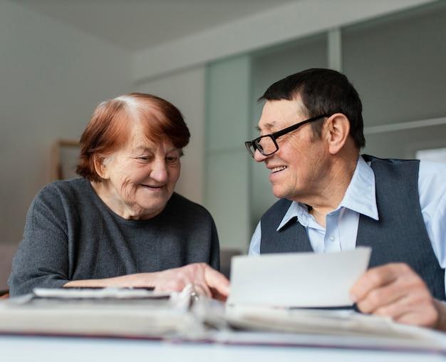 Mittlerer schuss smiley ältere menschen mit hinweis