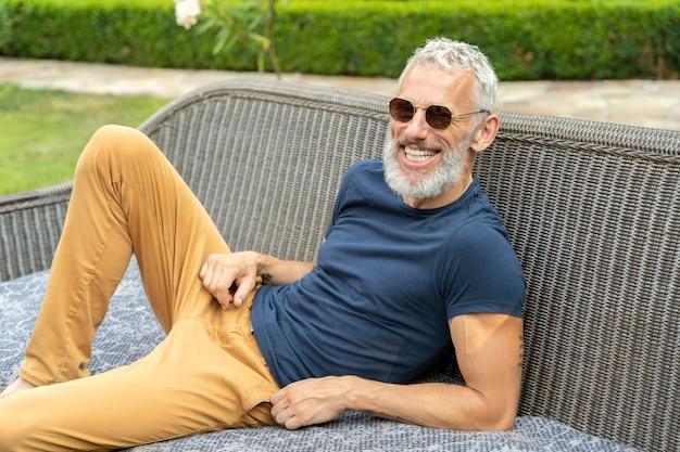 Mittlerer schuss smiley älterer mann