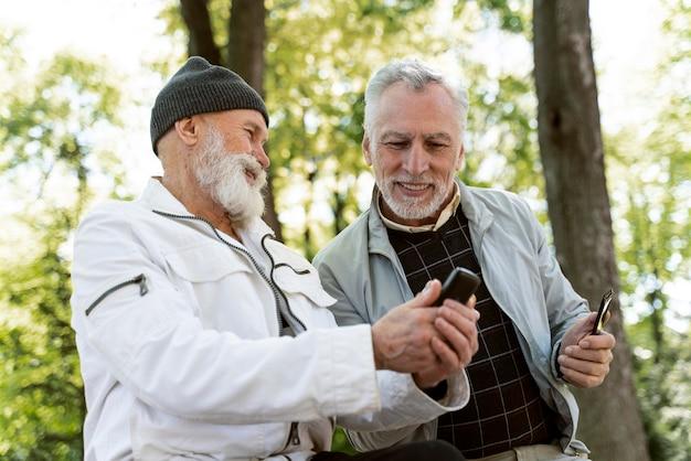 Mittlerer schuss smiley alte männer im park