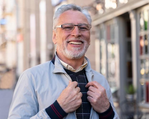 Mittlerer schuss smiley alter mann im freien