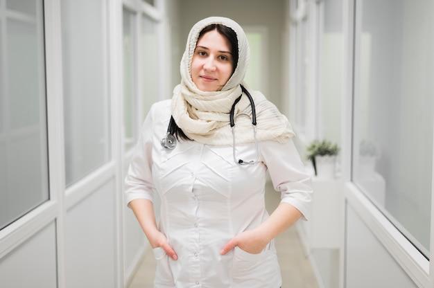 Mittlerer schuss smiley doktor posiert