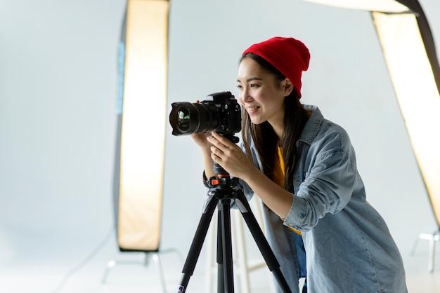 Mittlerer schuss smiley-fotograf