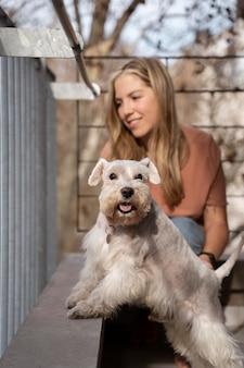 Mittlerer schuss smiley frau und hund