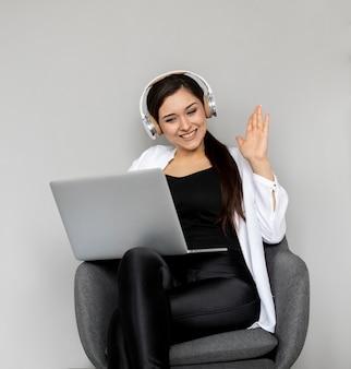 Mittlerer schuss smiley frau videoanruf