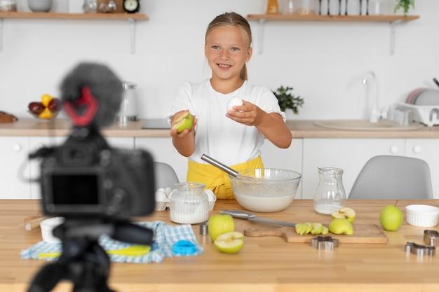 Mittlerer schuss smiley-kind-kochen