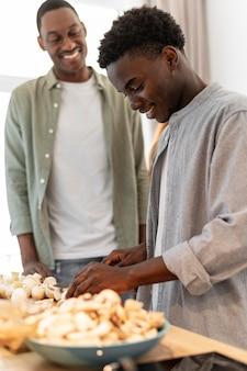 Mittlerer schuss smiley-männer kochen