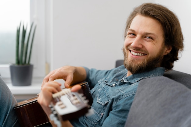 Mittlerer schuss smiley-mann auf der couch