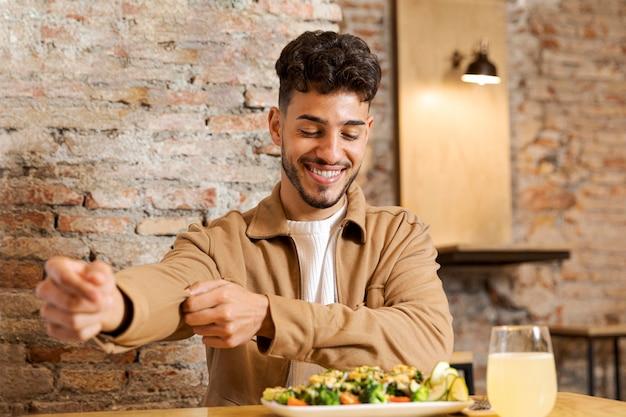 Mittlerer schuss smiley-mann bereit zu essen