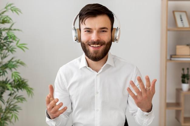 Mittlerer schuss smiley-mann, der kopfhörer trägt