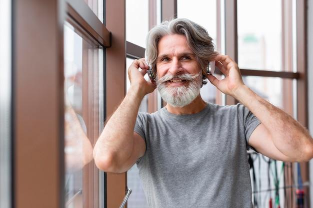 Mittlerer schuss smiley-mann im fitnessstudio