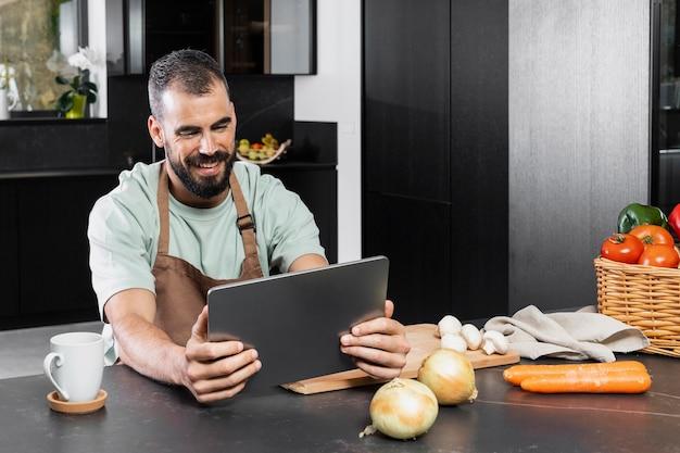 Mittlerer schuss smiley-mann in der küche