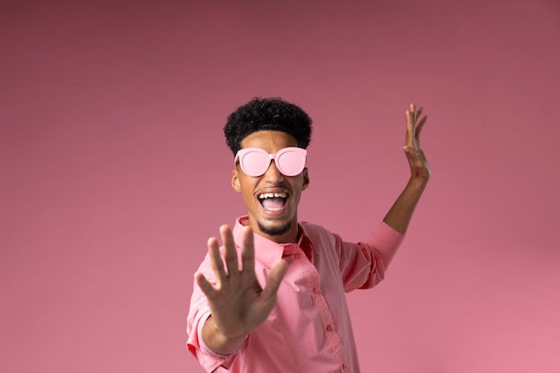 Mittlerer schuss smiley-mann mit brille