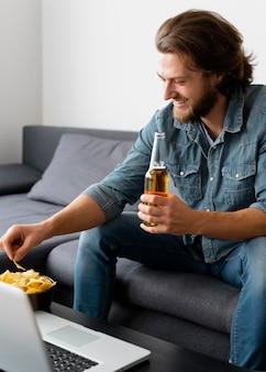 Mittlerer schuss smiley-mann mit chips