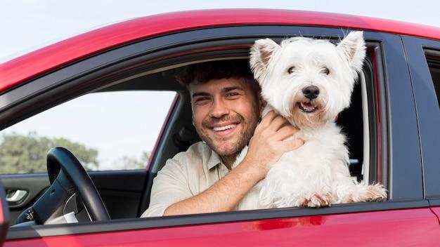 Mittlerer schuss smiley-mann mit hund