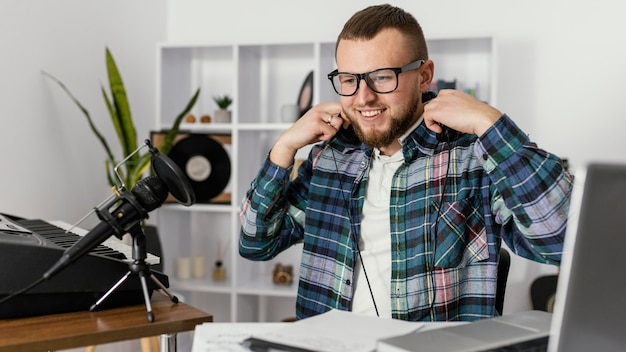 Mittlerer schuss smiley-mann mit kopfhörern