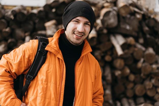 Mittlerer schuss smiley-mann mit warmer kleidung