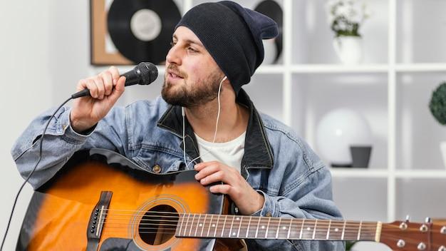 Mittlerer schuss smiley-musiker singen