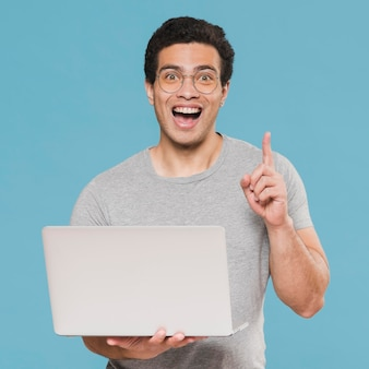 Mittlerer schuss smiley-universitätsstudent und laptop