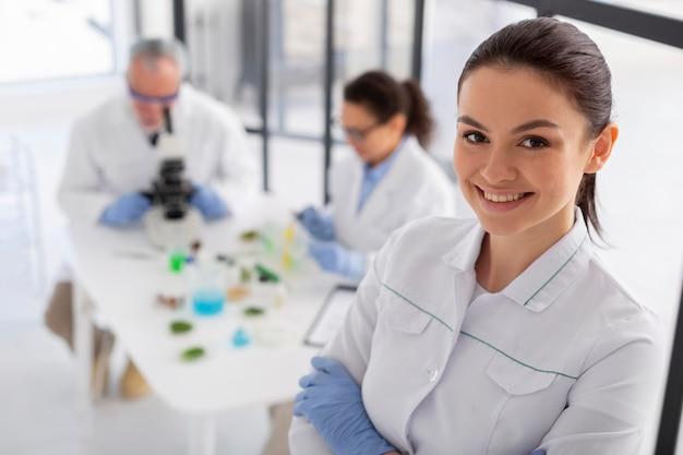 Mittlerer schuss smiley-wissenschaftler posiert