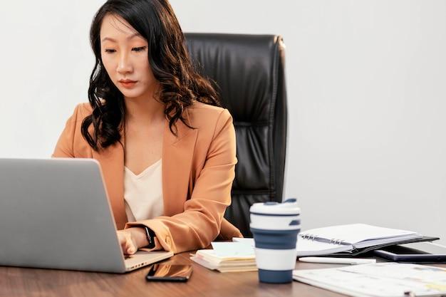 Mittlerer schuss teamleiter arbeitet am laptop