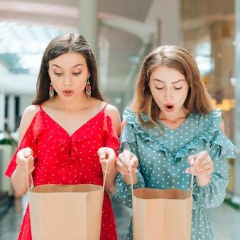 Mittlerer schuss überraschte mädchen im einkaufszentrum