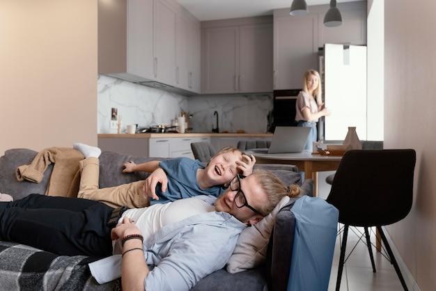 Mittlerer schuss vater und kind auf der couch