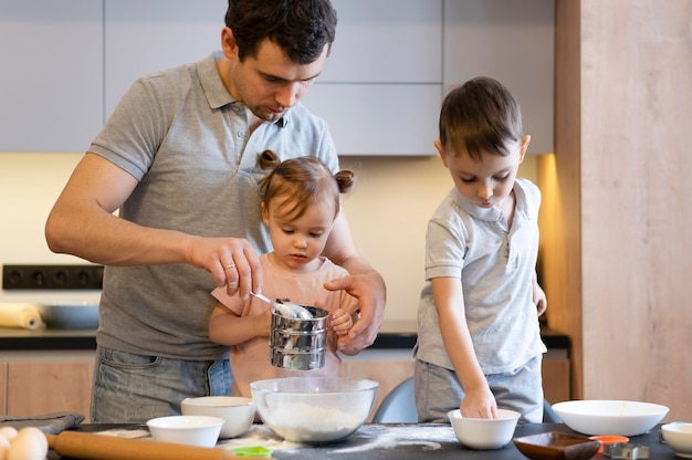 Mittlerer schuss vater und kinder in der küche