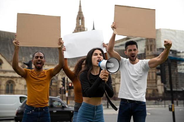 Mittlerer schuss wütender leute bei revolution