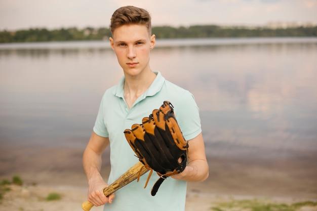 Mittlerer schussjugendlicher mit baseballjugendlichem