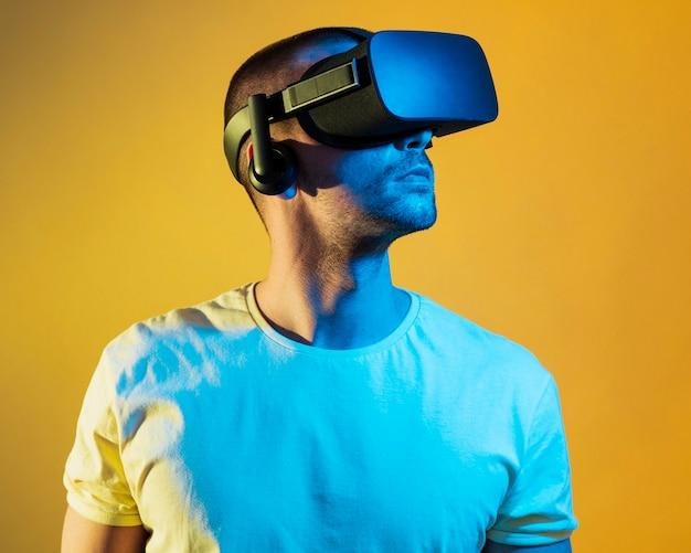 Mittlerer schussmann, der das gerät der virtuellen realität trägt