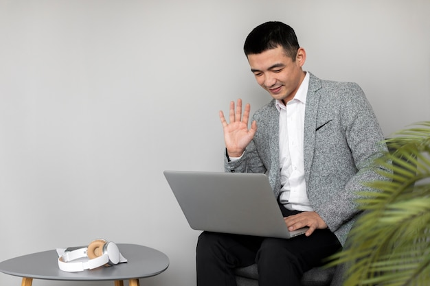 Mittlerer schussmann, der mit laptop arbeitet