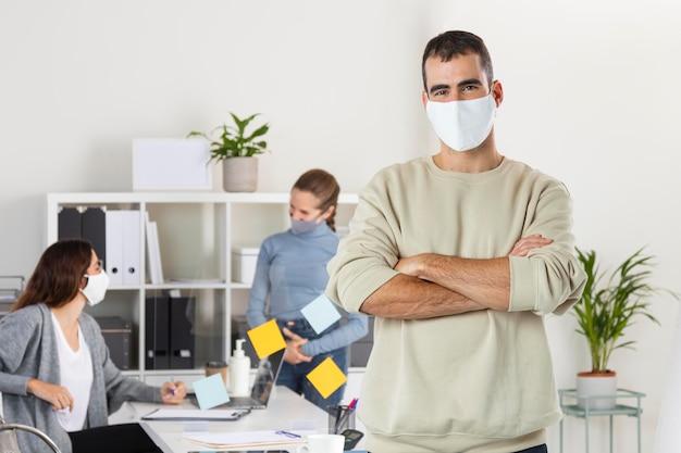 Mittlerer schussmann, der mit maske arbeitet