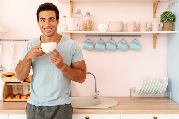Mittlerer schusssmileymann mit tasse kaffee