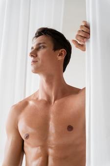 Mittleres porträt eines jungen, fitten mannes